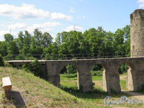 Копорская крепость, 13-18 вв. Мост через ров. фото июль 2015 г.