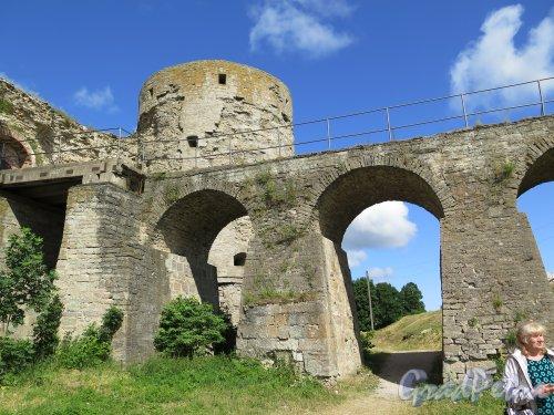 Копорская крепость, 13-18 вв. Мост через ров, Вид со дна рва. фото июль 2015 г.