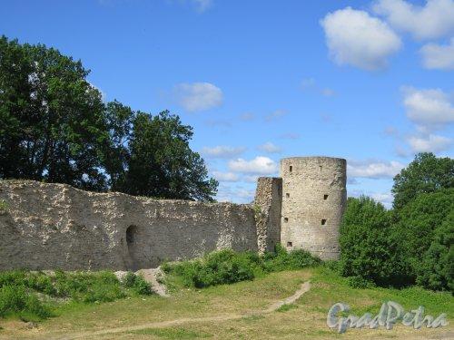 Копорская крепость, 13-18 вв. Наугольная башня. Вид снаружи. фото июль 2015 г.