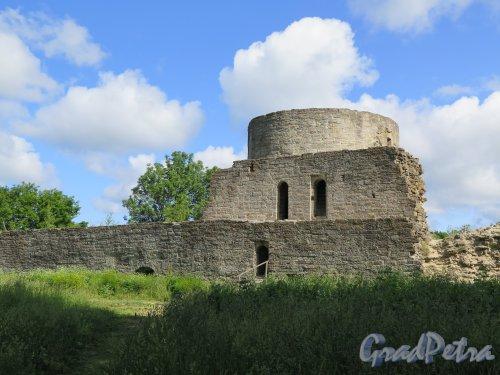Копорская крепость, 13-18 вв. Средняя башня. Вид изнутри крепости. фото июль 2015 г.