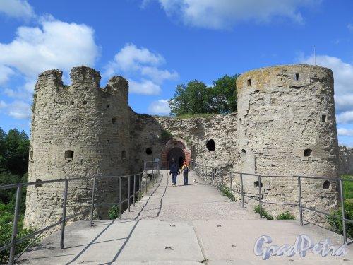 Копорская крепость, 13-18 вв. Вход в Крепость, вид в створ моста. фото июль 2015 г.