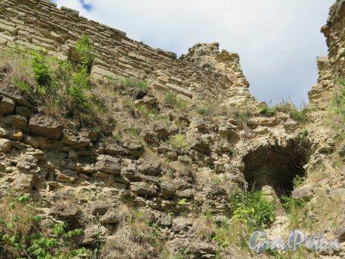 Копорская крепость. Вид на стену изнутри крепости. фото июль 2015 г.