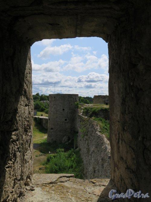 Копорская крепость. Вид укреплений через бойницу. фото июль 2015 г.