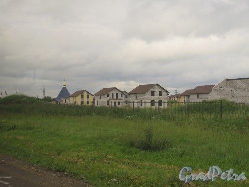 Жилой Поселок «Гатчинские Дачи». Общий вид из автобуса. фото июль 2015 г.