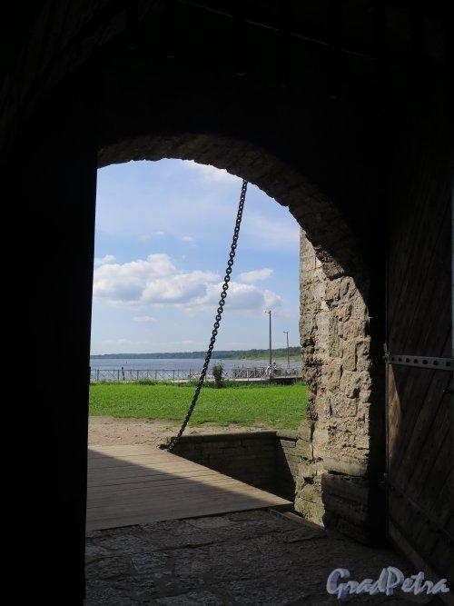 Шлиссельбург, г. Крепость Орешек. Вид на подъёмный мост и пристань из ворот крепости. фото август 2015 г.