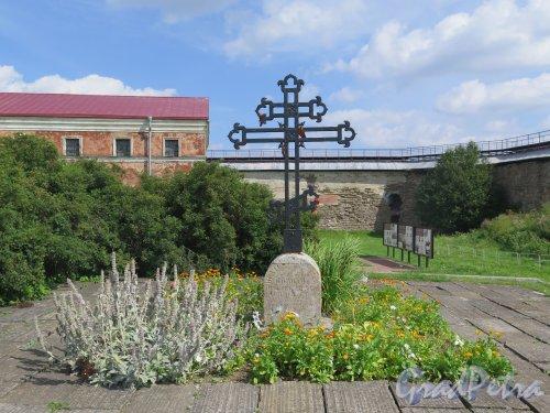 Шлиссельбург, г. Крепость Орешек. Могила русских солдат 1702 года. Могильный крест. фото август 2015 г.