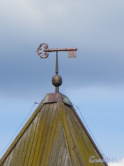 Шлиссельбург, г. Крепость Орешек. Государева (Воротная) башня. Флюгер в виде ключа- символа Шлиссельбурга. фото август 2015 г.