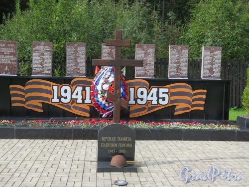 Пос. Агалатово. Воинское кладбище лётчиков у Приозерского шоссе. Памятный крест. фото октябрь 2016 г.