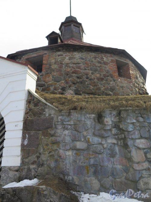 Крепость Корела. Круглая воротная башня, 1585 г. Строитель Якоб ван Стендель. Вид со стороны ворот. фото март 2016 г.