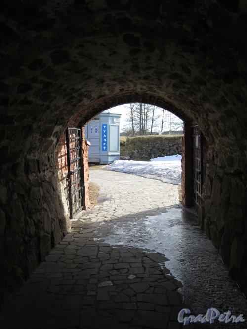 Крепость Корела. Проход в крепостной стене. фото март 2016 г.