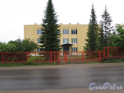 Деревня Оржицы, д. 4. Административное здание. фото июнь 2016 г.