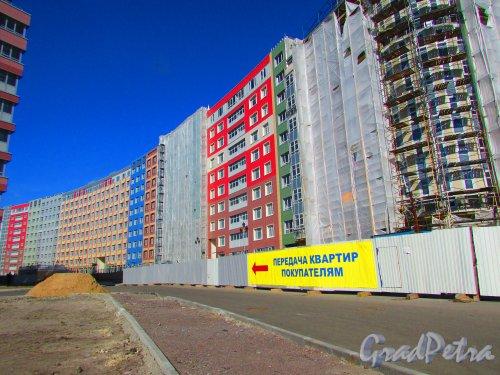 Жилой комплекс «Самоцветы». Вид с набережной р. Смоленки. Фото 1 мая 2016 года.