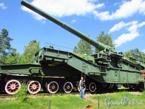 Форт «Красная Горка». Железнодорожный артиллерийский транспортер ТМ-3-12 (305 мм). Для масштаба рядом человек среднего роста. Фото 20 июня 2016 года.