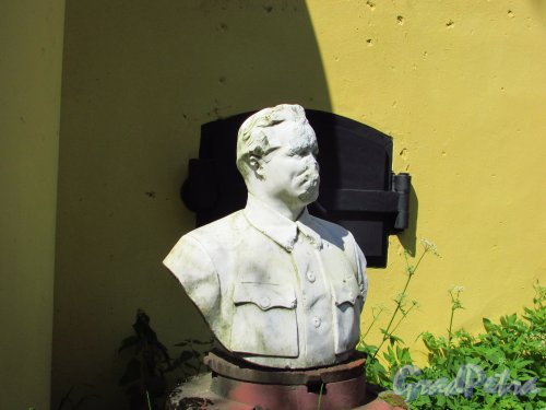 Музеифицированный бастион форта «Красная Горка». Бюст С.М. Кирова. Фото 20 июня 2016 года.