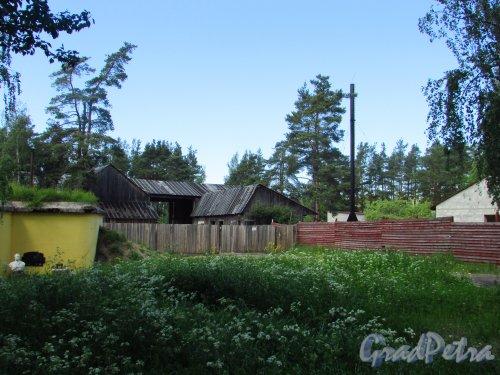 Старинные деревянные строения на территории форта «Красная Горка». Фото 20 июня 2016 года.