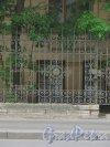 9-я линия В.О., дом 10, литера А. Особняк Н. К. Вадбольской. Фрагмент ограды палисадника. Фото 25 мая 2014 года.