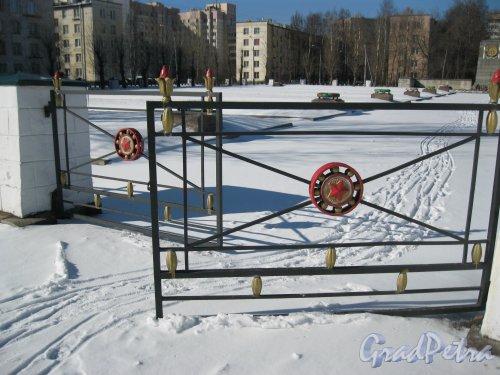 Кладбище (воинское захоронение) Дачное. Фрагмент ограды. Фото 17 марта 2014 г.