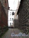 г. Выборг, Замковый остров. Выборгский замок. Проход между Винным погребом (справа) и Восточным корпусом Выборгского замка (слева) к башне св. Олафа. Фото июнь 2013 г