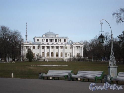 Елагин остров, д. 4. Елагиноостровский дворец. Общий вид со стороны Масляного луга. Фото апрель 2011 г.