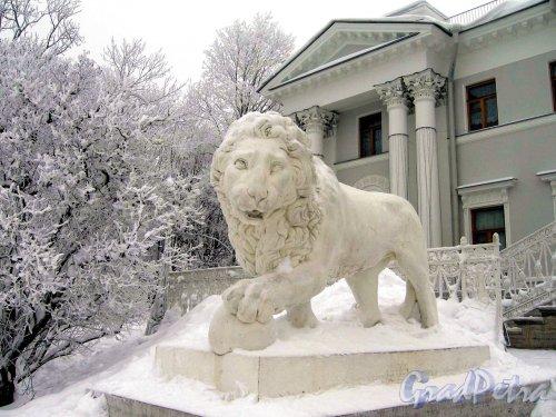 Елагин остров, д. 4. Елагиноостровский дворец. Скульптурное оформление входа. Фото январь 2010 г.