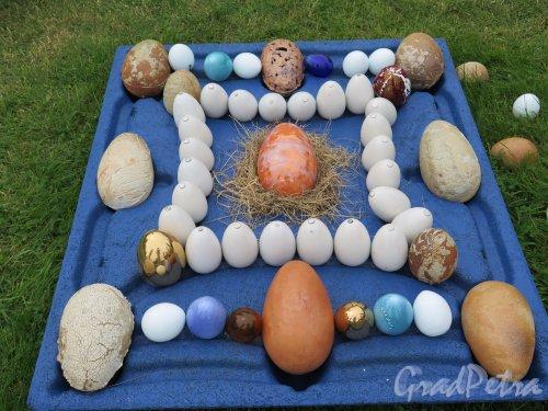 ЦПКиО. Елагин остров, Восточная поляна. Выставка под открытым небом «Стекло и керамика в пейзаже». Композиция «Пасхальные яйца». фото июнь 2015 г