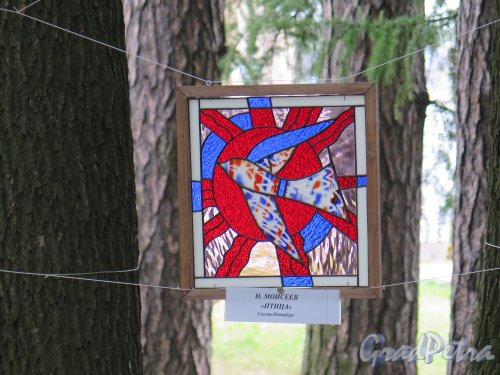 ЦПКиО. Елагин остров, Восточная поляна. Выставка под открытым небом «Стекло и керамика в пейзаже». Витраж. фото июнь 2015 г