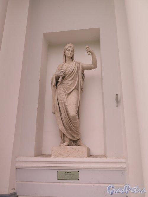 Елагин остров, д. 4 лит. В. Бывший Кухонный корпус, Статуя Афины, ск. С. С. Пименов. фото июнь 2015 г