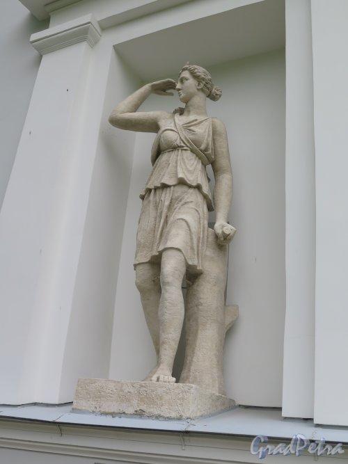 Елагин остров, д. 4 лит. В. Бывший Кухонный корпус, Статуя Артемиды, ск. С. С. Пименов. фото июнь 2015 г