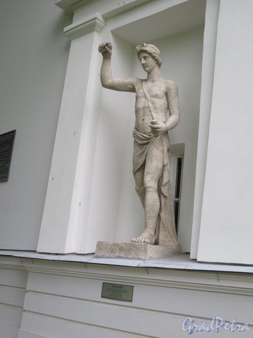 Елагин остров, д. 4 лит. В. Бывший Кухонный корпус, Статуя Аполлона, ск. С. С. Пименов. фото июнь 2015 г