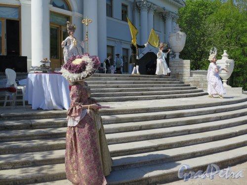 Елагин остров, д. 4. Елагиноостровский дворец. Костюмированое выступление во время Праздника тюльпанов. Фото май 2016 г.