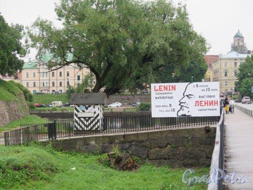 Замковый остров (Выборг). Вид Въездной дамбы (Вход в Музей) с Крепостного моста. фото июнь 2016 г.