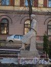 Памятник А. А. Ахматовой в сквере при Гимназии № 209 на ул. Восстания, д. 8. Фото март 2014 г.