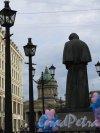 Памятник Н. В. Гоголю на Мал. Конюшенной ул. Вид на фигуру со спины и надпись об инициаторах создания памятника. фото август 2014 г.