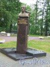 Памятник-бюст Василию Марковичу Жильцову, 2008. Адрес: Кронштадт, Красная ул., у д. 15. фото июнь 2015 г.