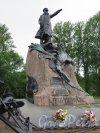 Памятник Адмиралу С.О. Макарову. ск. Л.В. Шервуд. 1913. Адрес: г. Кронштадт, Якорная пл. Общий вид с лицевой стороны. фото июнь 2015 г.