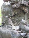 Памятник И.А. Крылову в Летнем Саду. Скульптурная группа на пьедестале по мотиву басни «Ворона и Лисица». фото июнь 2016 г.