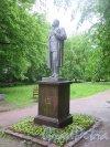 Памятник А. М. Горькому в Выборге, 1953, перенсен в 1957. Адрес: Выборг. Сквер Пантсарлахденкату на Садовой ул. у д. 11. Анфас. фото июнь 2017 г.