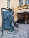 Памятник Сергею Довлатову, 2016. Вид фигуры в профиль (слева). фото ноябрь 2017 г.