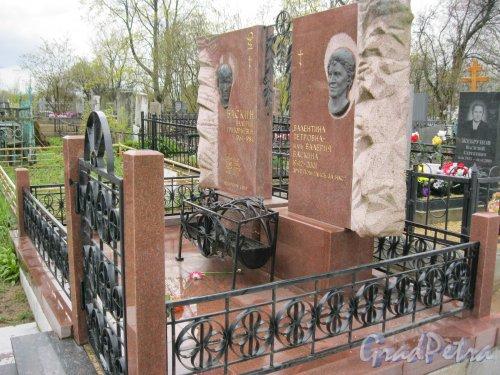 г. Пушкин, Кузьминское кладбище. Одно из захоронений. Фото 5 мая 2014 г.