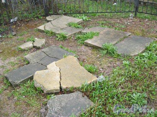 г. Пушкин, Кузьминское кладбище. Остатки старых могильных плит около часовни. Фото 5 мая 2014 г.