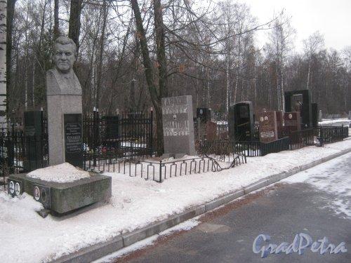 Захоронение Героя Советского Союза, вице-адмирала Н.М. Кулакова на Богославском кладбище. Фото февраль 2014 г.