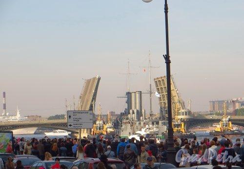 Крейсер «Аврора» в створе Благовещенского моста. Фото 21 сентября 2014 года.