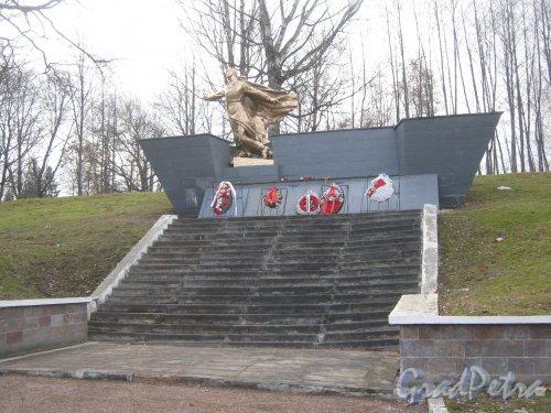 Общий вид памятника-скульптуры «Воину-победителю» на Мартышкинском братском захоронение в городе Ломоносов. Фото 7 марта 2014 г.