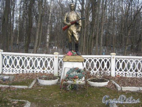 Монумент «Солдат» на Мартышкинском братском захоронение в городе Ломоносов. Фото 7 марта 2014 г.