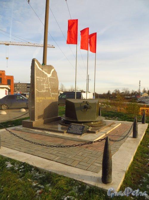 Памятный знак «Оборона Ленинграда», установленный на пересечении Советский проспекта и Никольского шоссе, возле рынка в городе Никольское. Фото 26 октября 2014 года.