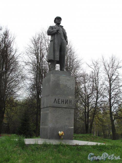 Памятник В.И. Ленину в Парголово. Адрес: перекресток Выборгского шоссе и ул. Ломоносова. фото май 2014 г.