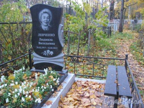 Г. Ломоносов, Мартышкинское кладбище. Захоронение Л.В. Левченко. Фото 16 октября 2014 г.