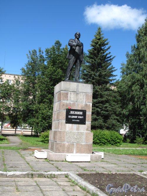 город Луга, памятник В.И. Ленину в Центральном сквере. Общий вид три четверти. Фото июнь 2014 г.