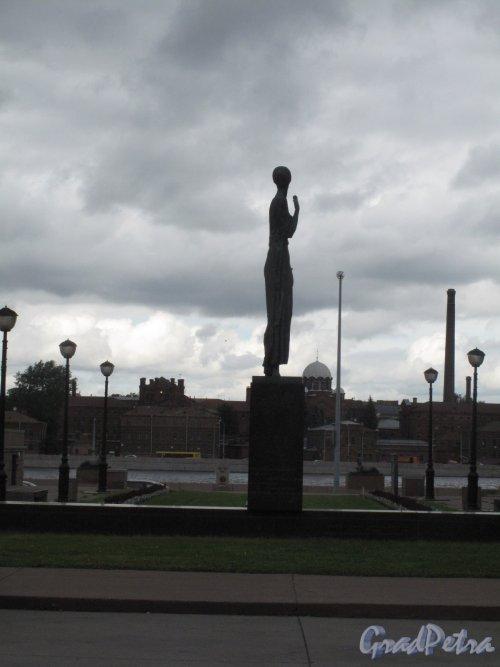 Памятник А.А. Ахматовой на наб. Робеспьера, 2006, ск. Г. Додонова, арх. В. Реппо. Вид со стороны Шпалерной ул. (контражур) на фоне СПб Тюрьмы