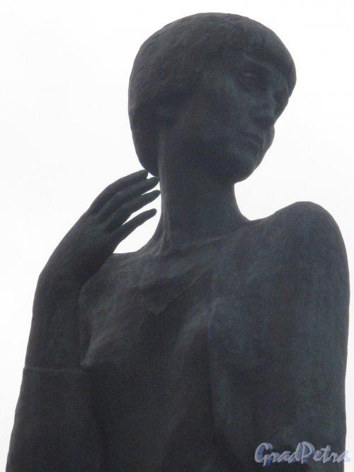 Памятник А.А. Ахматовой на наб. Робеспьера, 2006, ск. Г. Додонова, арх. В. Реппо. Торс. фото июль 2014 г.